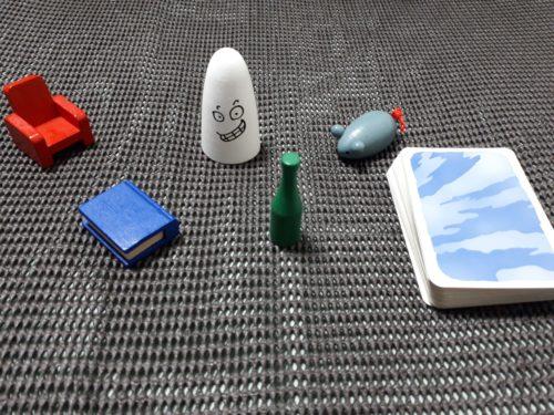 コマは左から(赤い)椅子・(青い)本・(白い)おばけ・(緑の)ビン・(灰色の)ネズミ